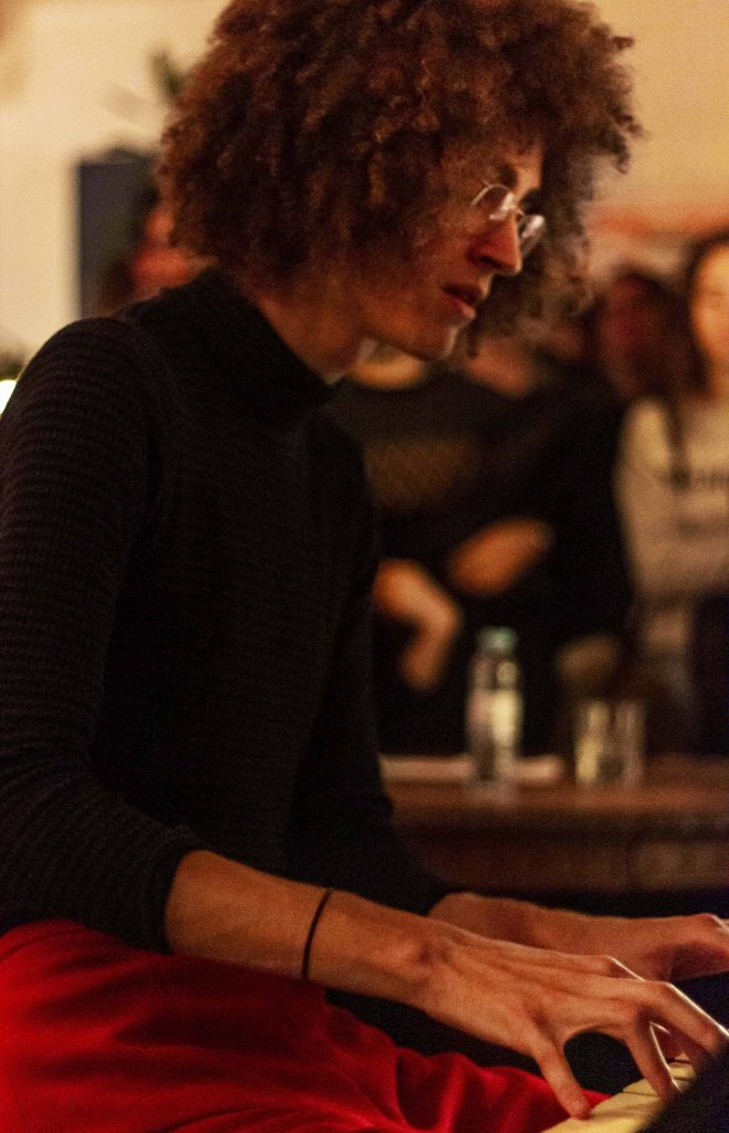 """Apesar de estar mais à vontade com o """"violão"""", Chico Bernardes também usa por vezes o piano"""